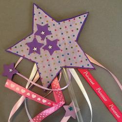 Une activité pour réaliser étape par étape une baguette magique étoile en carton. Un bricolage récup avec du carton, des pailles en plastique ou des baguettes en bois. Une activité économique et facile. Les enfants feront du collage avec des strass, du dé