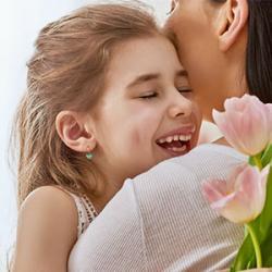 La fête des mères est une tradition vieille de plusieurs siècles ! Elle est célébrée chaque année dans de nombreux pays du monde. Retrouvez notre dossier sur la fête des mères pour tout savoir sur la date de la fête des mères, l'origine de la fête des mèr