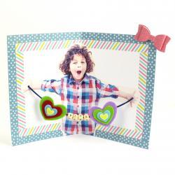 Découvrez comment réaliser une jolie carte pour la Fête des pères. En ouvrant la carte, papa aura la surprise de voir l'intérieur avec la photo de son petit loup ainsi que de jolies perles en bois. Une carte parfaite pour la Fête des pères, pour la Fête d