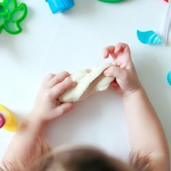 Pâte à modeler premier âge pour les enfants de moins de 2 ans. Fabriquez une pâte à modeler non toxique et sans sel. Pâte à modeler premier âge pour les enfants de moins de