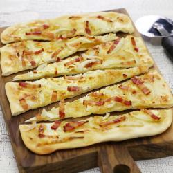 Recette de la flammekueche, la tarte flambée alsacienne. Cette recette de flammekueche est à base de crème fraîche et de fromage blanc. La flammekueche est l'occasion de cuisiner avec les enfants et de partir à la découverte de la cuisine des régio