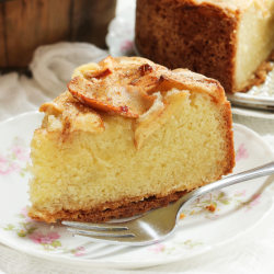 Voici une recette ancienne de gâteau aux pommes comme le faisaient nos grand-mères. Ce gros gâteau régalera tous les convives ou petits invités d'un goûter d'enfants et les enfants adoreront le préparer.