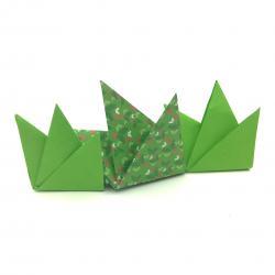 Fabriquez de l'herbe en papier en origami afin de permettre aux lapins de Pâques et aux oeufs de Pâques de se cacher. Vous pouvez aussi décorer votre maison pour le Printemps grâce à ce pas-à-pas.