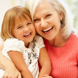 L'origine de la fête des grands-mères est assez récente. C'est en effet en 1987 que cette fête a été instaurée tous les premiers dimanches du mois de mars par le groupe Kraft Jacobs Suchard ! Retrouvez des infos sur l'origine de la fête des grands