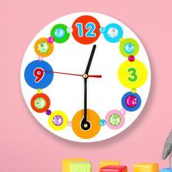 Lors de cet atelier créatif les enfants auront le plaisir de décorer leur premier horloge en utilisant de la peinture, des gommettes et des strass !    A la fin de l'activité ils obtiendront une sublime horloge colorée qu'ils pourront accroch