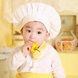 Déguisement enfant pour fêter la Chandeleur en famille ! Une jolie toque de cuisinier et votre enfant sera un véritable chef afin de vous aider à faire des crêpes pour toute la famille !