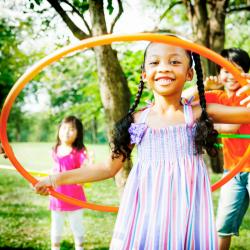 Le hula hoop est un jeu qui se pratique avec un cerceau. Le but du jeu : faire tourner le cerceau autour de la taille en balançant la hanche. Beaucoup joué chez les enfants, il est aussi une pratique sportive et artistique.
