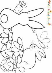 Dans ce jardin, un lapin de dos porte une grosse carotte entre ses pattes tandis que son copain discute avec son ami le papillon.