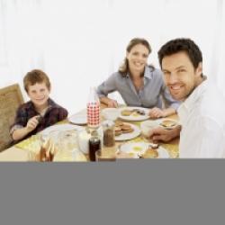 Les enfants à table