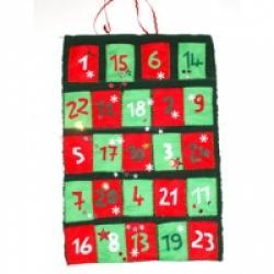 Une idée de bricolage simple à faire de la feutrine de couleur. Un calendrier qui s'adresse plus particulièrment aux enfants plus âgés qui seront capable de faire quelques points de couture. Le calendrirer de Noël est composé de 26 pochettes en feu