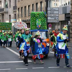 La date du Carnaval de Cologne est le 28 février 2019. Le Carnaval de Cologne commence par le Lundi des Roses qui est marqué par des défilés de gens costumés, de chars somptueusement décorés desquels les « Jecke » ou fous jettent des friandises e