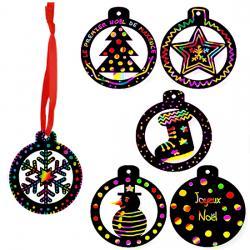 Et si le sapin de Noël était décoré de jolies boules multicolores en carte à gratter ? Les boules sont découpées dans de la carte à gratter noire, elles sont ajourées et il ne reste plus qu'à les décorer en grattant la surface de la carte noire