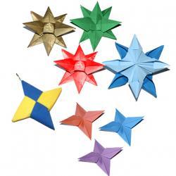 Parmi les modèles d'origamis simples, vous pouvez réaliser une étoile en papier. Retrouvez nos conseils et nos modèles d'étoiles en origami comme les traditionnelles étoiles à 4 et 12 branches, l'étoile de Noël ou la traditionnelle Shuriken japonaise.