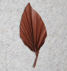 Pliage en origami d'une feuille d'arbre pour créer des décoration, compléter un bricolage ou jouer avec les couleurs des feuilles, en automne par exemple. Décoration à faire sur le thème de