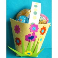 Panier de papier jaune décoré de fleurs