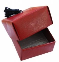 Pour ranger des petits éléments ou emballer rapidement un cadeau, la boîte en origami est un best des modèles d'origami ! Découvrez nos tutos et nos explications pas à pas pour réalisez vous aussi de jolies et solides boîtes en papier.