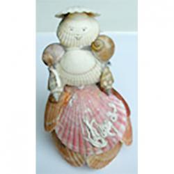 poupée  réalisée en coquillages