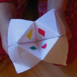 La cocotte en papier est une bonne idée de jeu en origami ! Proposez-lui de réaliser un quiz sur sa cocotte en papier. Fun !
