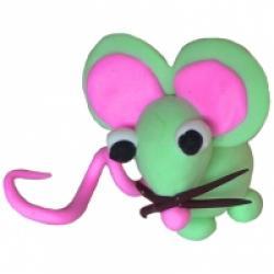 Modelage d'une souris en pâte à modeler séchant à l'air