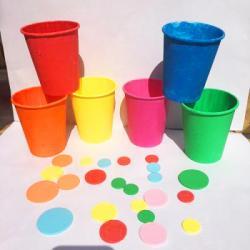 Ce jeux de gobelets de couleur est basé sur la méthode Montessori afin d'amener l'enfant à travailler sa motricité de manière autonome. Grâce à ce jeu à fabriquer, l'enfant apprendra les nuances des couleurs.