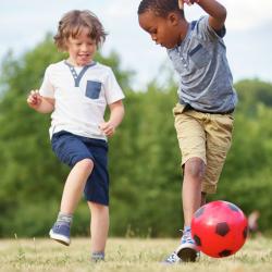 Les jeux de courses sont très populaires auprès des enfants. Ce sont souvent des jeux de plein air souvent collectifs où ils peuvent se dépenser dans la bonne humeur. Retrouvez toutes nos idées de jeux de courses, de relais ou de rapidité pour animer un g