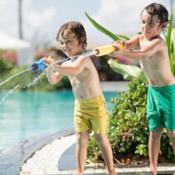Les enfants adorent les jeux d'eau, retrouvez sur cette page tous les jeux d'eau à faire avec les enfants. Les pistolets à eau, la bombe à eau, la pêche aux canards... Des jeux pour s'amuser tout en se rafraîchissant pendant les beaux jours d'été.