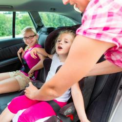 Des idées de jeux et jouets pour occuper les enfants en voiture sur les petits et grands trajets ! De la comptine à chanter avec les enfants aux jeux demandant plus de concentration, il existe de nombreux jeux et activités pour  occuper les enfants durant
