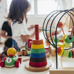 Le jouet Montessori est un jouet conçu selon les méthodes éducatives de la pédagogie Montessori. Des jouets qui favorisent l'éveil et l'autonomie des enfants.