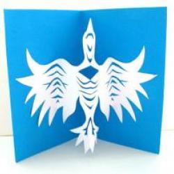 Au même titre que l'origami, le kirigami est l'art de sublimer le papier. Par le pliage pour l'un et par le découpage pour l'autre. Avec le kirigami, vous allez notamment pouvoir fabriquer une très belle carte kirigami. Retrouvez nos tutos gratuits ainsi
