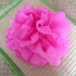 Activité de bricolage enfants pour réaliser une fleur en papier crépon