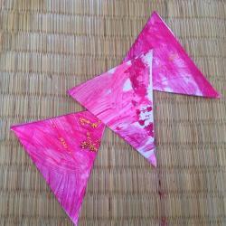 Activité de bricolage enfants pour réaliser une guirlande en fanions de papier