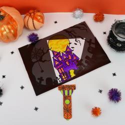 La maison hantée et la lampe magique est un bricolage d' Halloween très drôle ! Laissez-les dessiner une scène d'Halloween afin qu'ils puissent l'explorer grâce à leur lampe torche. Découvrez où sont cachés les araignées et les fantômes !