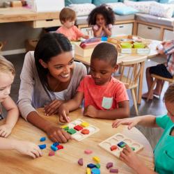 La pédagogie Montessori est une méthode d'éducation qui permet à l'enfant d'évoluer à son propre rythme. Cette méthode place l'enfant au centre de son apprentissage et favorise l'expérience, la liberté, l'autodiscipline et l'autonom
