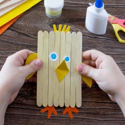 La poule en bâtonnets DIY est une bonne idée d'activité pour Pâques sur le thème de la poule.
