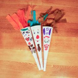 Cette activité manuelle vous permettra de réaliser avec les enfants des trompettes en carton blanc décorées de gommettes et de papier crépon. Un loisir créatif qui permettra aux enfants de réaliser leur propre instrument de musique et surtout de pouvoir j