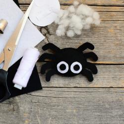Voici un tuto pour apprendre à faire une araignée en feutrine pour Halloween. Une jolie idée d'activité très déco à proposer à vos enfants pour Halloween.