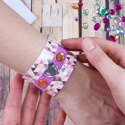 Le bracelet cartonné en masking tape est une activité manuelle que les enfants vont adorer ! Sur cette page apprenez comment réaliser rapidement et facilement ce bracelet avec du masking tape et du papier cartonné ! Un cadeau idéal pour la fete des meres