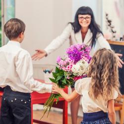 L'année scolaire se termine et nous avons tous pu constater les gros progrès de nos enfants grâce aux enseignants. Nous avons donc tous envie de remercier la maîtresse (ou le maître) de notre enfant en lui offrant un cadeau.