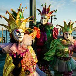 Le Carnaval de Venise remonte quant à lui au XIème siècle. Il commençait le 26 décembre, durait jusqu'au Mardi Gras et avait son apogée le Jeudi Gras. Le Carnaval était un temps