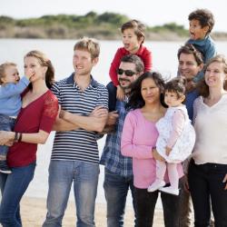 La Convention internationale des droits de l'enfant donne à tout enfant le droit à une famille. Le droit à la famille est important car il permet de rattacher l'enfant à une histoire et surtout il lui