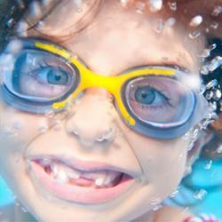 Le message secret est un jeu d'eau idéal à faire à la piscine. Il faut faire deviner des mots ou des phrases et le tout la tête sous l'eau ! Un jeu qui permet de s'amuser tout en restant au frais ! De plus vous n'aurez besoin que de lunettes de plongée po