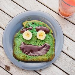 Découvrez comment réaliser ce monstrueux pain perdu monstre qui sera englouti par vos petits monstres le jour d'Halloween. C'est une recette parfaite pour Halloween et très drôle à faire avec les enfants qui pourront créer des têtes aux monstres.