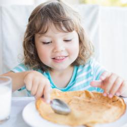 Le petit déjeuner des enfants est très important pour leur permettre de tenir la journée. Avec un bon petit déjeuner, ils évitent le coup de barre de 11H et peuvent jouer sans retenue toute la journée. Découvrez des infos et des recettes pour le petit déj