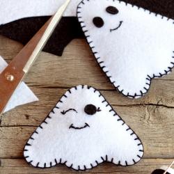 Voici un tuto pour apprendre à faire un petit fantôme en feutrine. Une jolie activité pour Halloween à proposer à vos enfants.