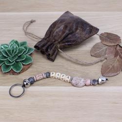 Idée cadeau Fête des pères : une activité manuelle pour réaliser un joli porte-clés en perles fait de pierre, de métal et de bois. Un bricolage facile et rapide à réaliser pour fabriquer un joli cadeau pour la fete des peres.