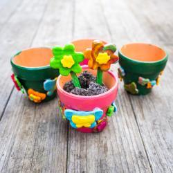 Ce pot de fleurs en pâte FIMO est une bonne activité manuelle printemps. Les enfants pourront modeler eux-mêmes des fleurs ou des papillons FIMO pour faire la deco pot de fleurs. Une activité facile à réaliser et idéale pour faire un joli cadeau ou une jo