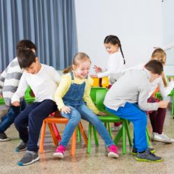 Le jeu des chaises musicales est un jeu très connu des petits et grands enfants ! Une bonne idée d'animation pour un goûter, un anniversaire ou même un mariage.