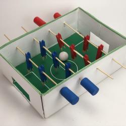 Découvrez comment réaliser un baby foot pour les enfant. Petit et à emporter partout, il fera le bonheur de tous les enfants qui pourront s'amuser pendant des heures !  Choisissez votre équipe et vos couleurs et c'est partit !