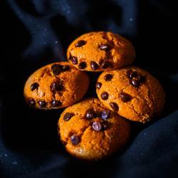 Recette des cookies couleur citrouille parfaits pour Halloween ! A cuisiner avec les enfants pour profiter d'une activité en famille d'Halloween. Les cookies sont adorés par les enfants, petits et grands et peuvent être faits pour une soirée d'Halloween.