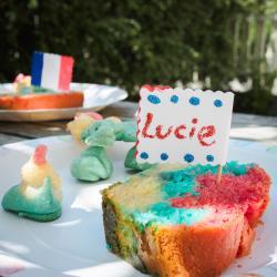 Activité de bricolage enfants pour bricoler des marque-places tricolores